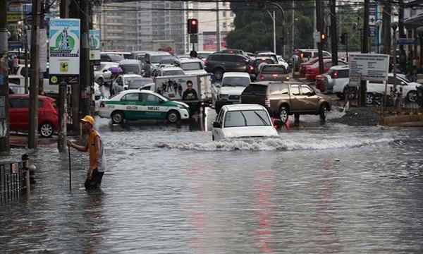 driving-through-flood-in-manila-f12e.jpg
