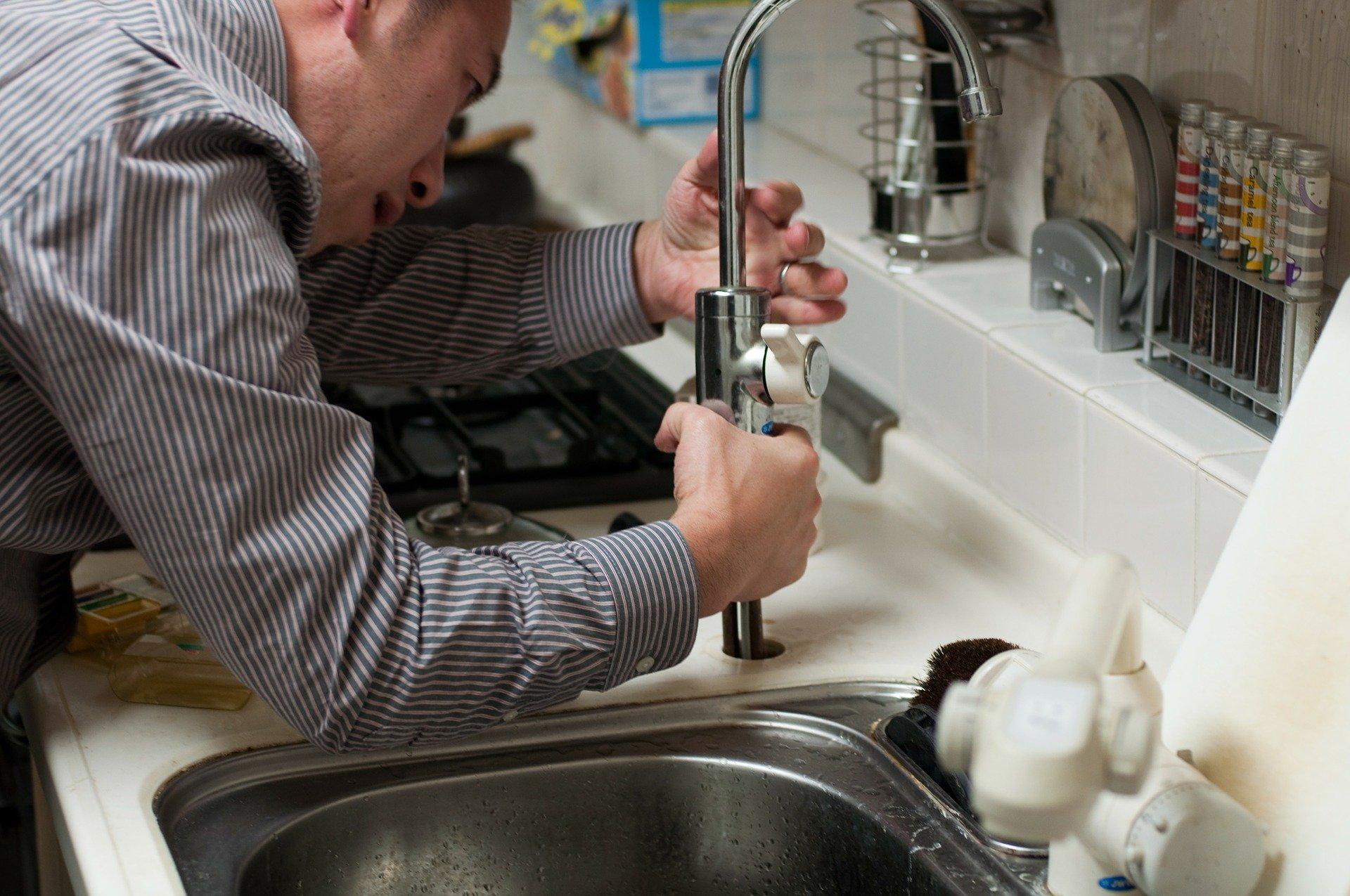plumber-228010_1920.jpg
