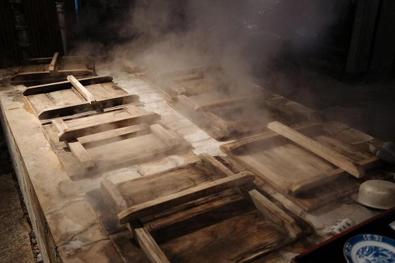 ずらりと並んだ地獄釜、何を蒸すのかワクワク